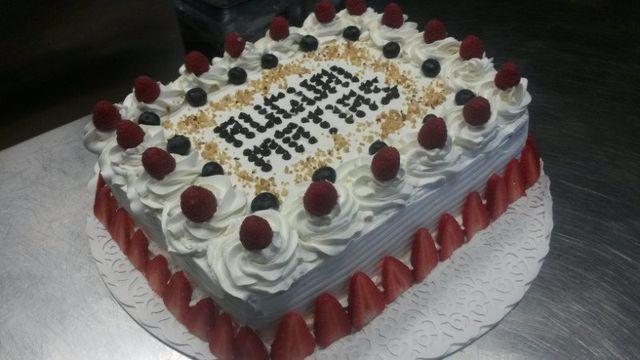 una torta di compleanno ai frutti di bosco e panna