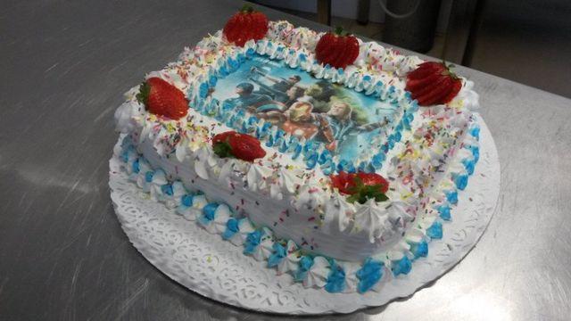 una torta con immagine di cartoni animati