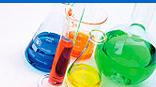 contenitori in vetro con liquidi colorati