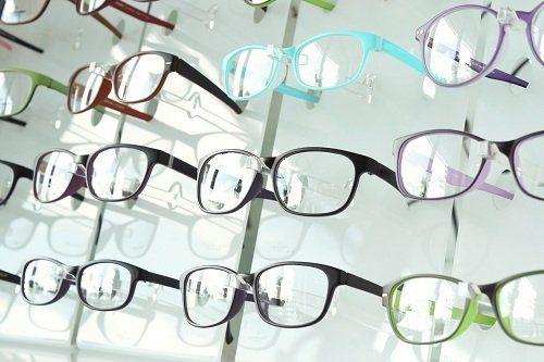 degli occhiali da visto in esposizione