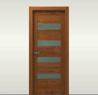 una porta in legno con pannelli di vetro