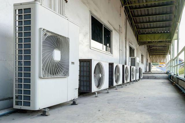 Parete esterna di un edificio dove possiamo contare sette apparecchiature differenti di condizionamento