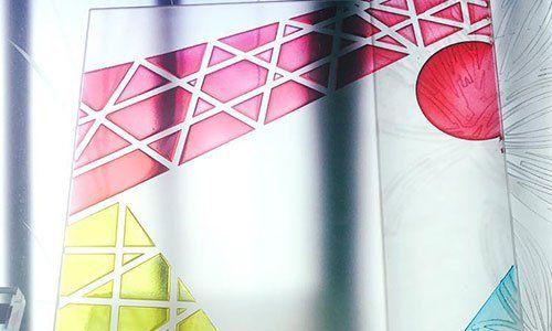 disegno di un vetro con  triangoli viola e gialli