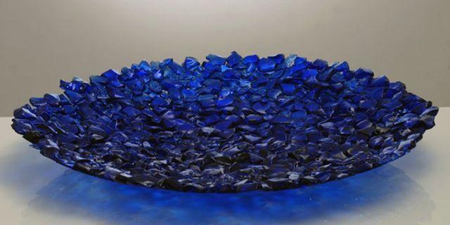 un insieme di cristalli di vetro disposti a formare la forma di un piatto