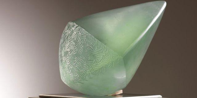 una creazione in vetro di Murano di color verde chiaro a forma di diamante