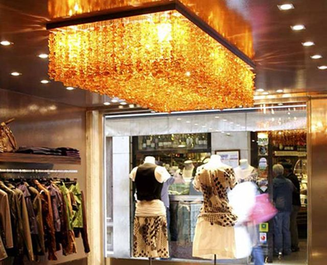 un lampadario rettangolare a cristalli arancioni in un negozio di vestiti