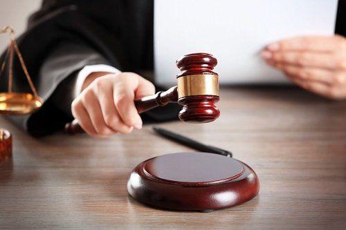 Un giudice con un martello di legno