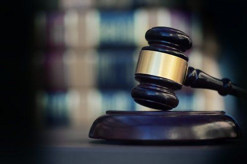 un martelletto di legno da avvocato