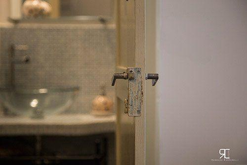 Porta del bagno dell'alloggio Bed & Breakfast 28 a Ostuni