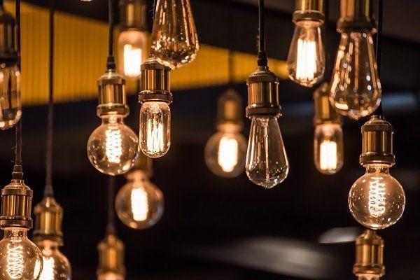 delle lampadine in parte accese
