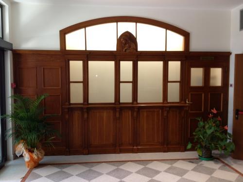 Restaurazione di mobili di legno antico