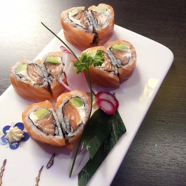 una nave di sushi assortito