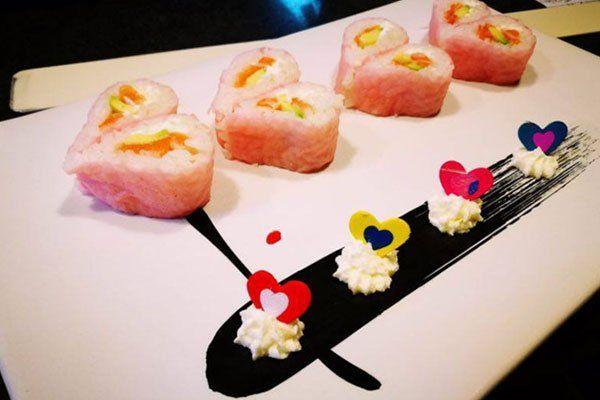 del sushi a forma di cuore e di farfalle