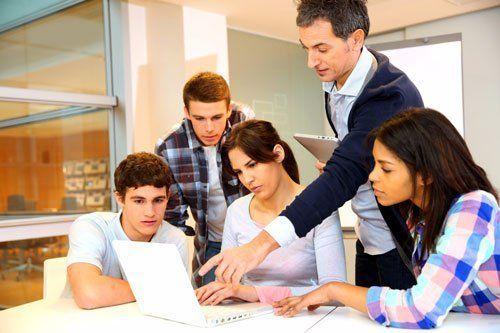 Professor parlando a un gruppo con il tablet in mano