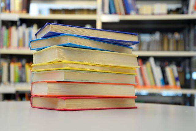 dei libri su un tavolo