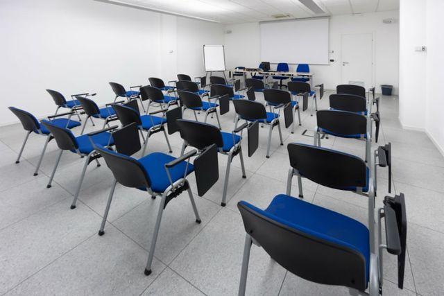 un'aula con delle sedie blu e nere