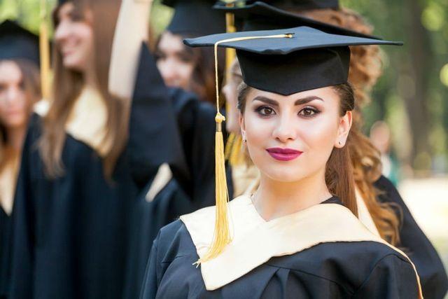 delle ragazze con un cappellino da laurea