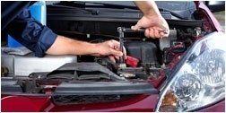 meccanico mentre fissa i componenti di un auto