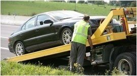 operaio durante effettua un soccorso stradale