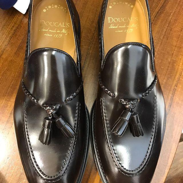 un paio di scarpe in pelle nera