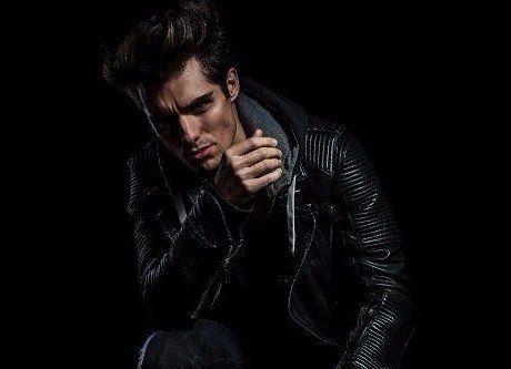 modello con giacca in pelle