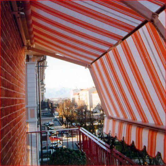 tenda a strisce bianche e arancioni
