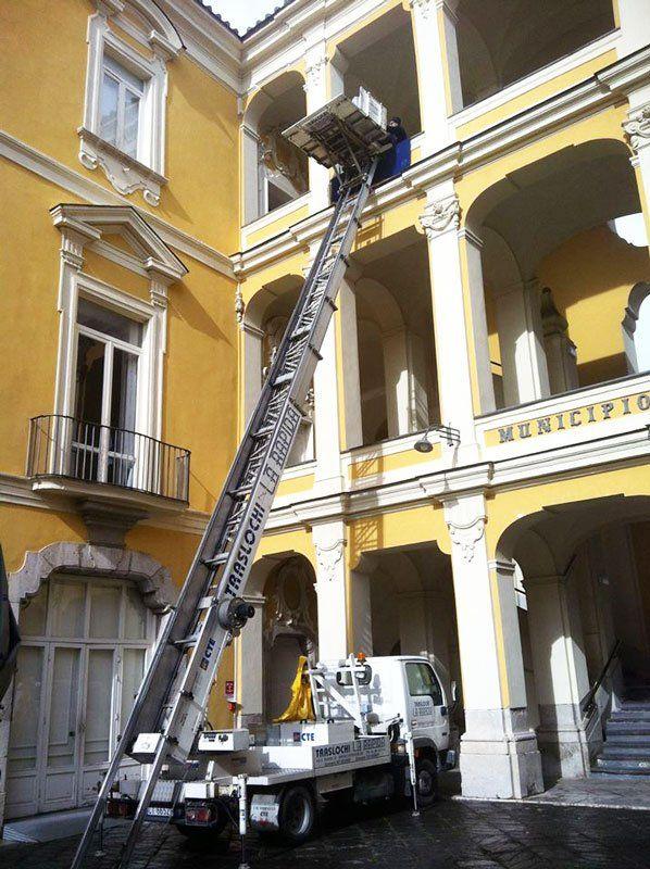 Braccio elevatore per i traslochi mentre sta svolgendo un lavoro in un Municipio