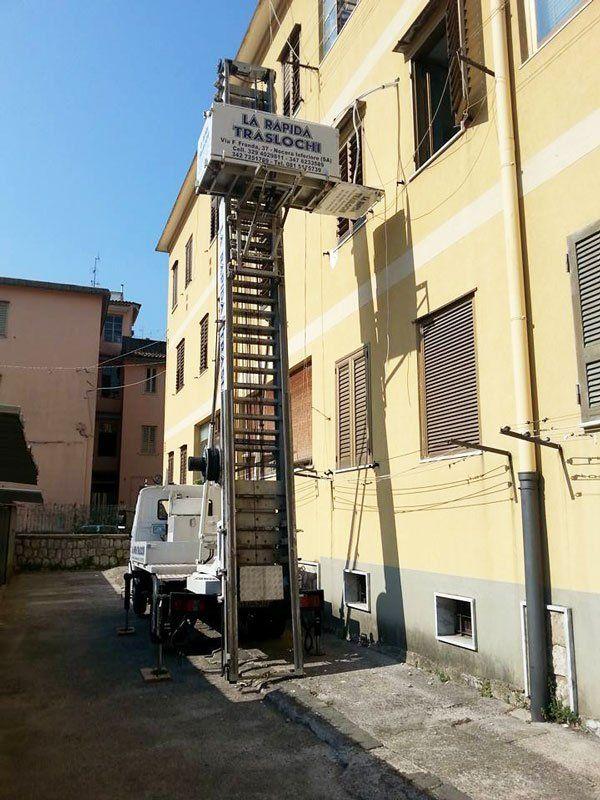 Un camion con elevatore per traslochi de La Rapida Traslochi a Nocera Inferiore