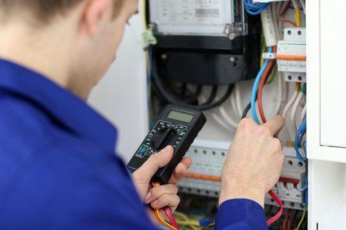Tecnico analizza una centralina elettrica