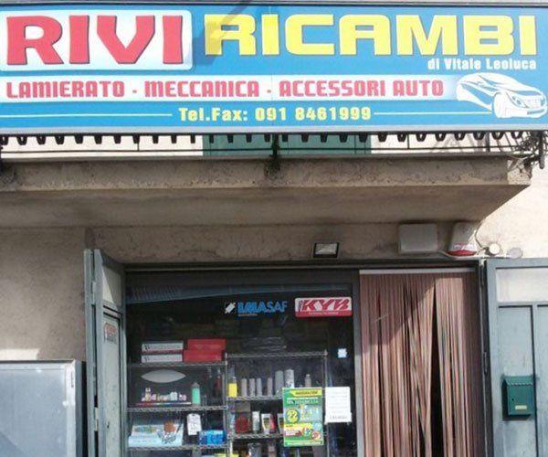 vista dell'insegna all'esterno del negozio con scritto Rivi Ricambi lamierato,meccanica, accessori auto