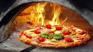 una pizza con mozzarella e basilico una bacinella di basilico e una di pomodor