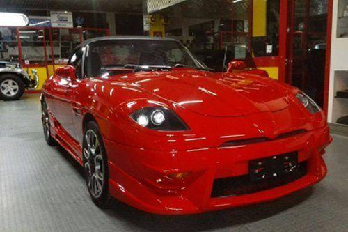 macchina rossa lucida sportiva