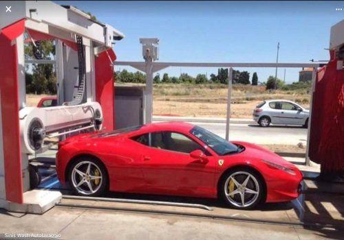 una Ferrari rossa all'autolavaggio