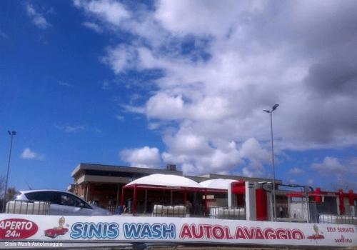 uno striscione con scritto Sinis Wash Autolavaggio