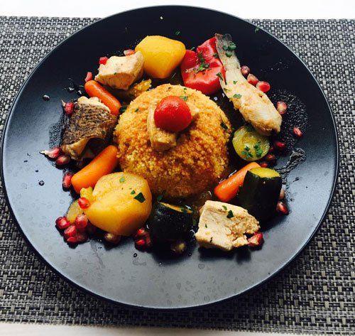 un piatto con un arancino e altre verdure