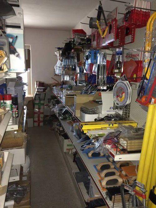 una corsia di un negozio di ferramenta