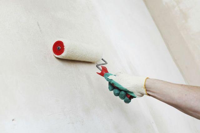 Imbiancando la parete con rullo