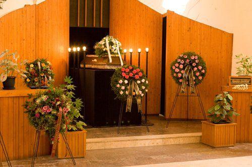 Camera ardente allestita con composizioni floreali