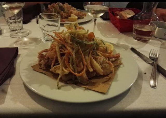 Frittura, tempura e un bicchiere di vino bianco