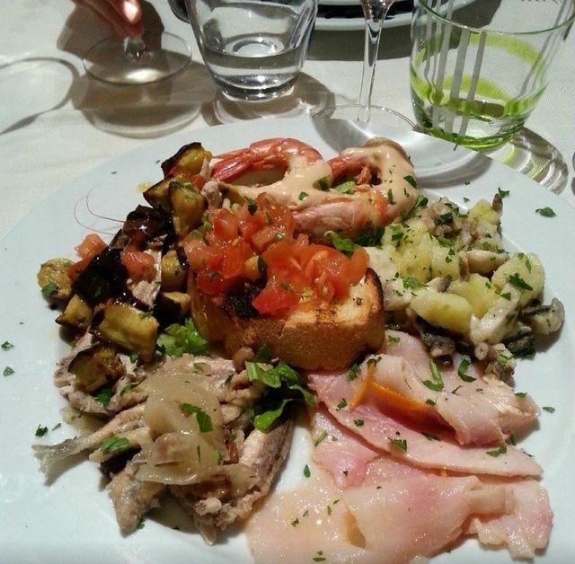 Alici in agrodolce, baccalà mantecato con patate e gamberetti, raguse, gratinati, moscioli