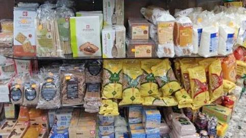 scaffale con prodotti alimentari