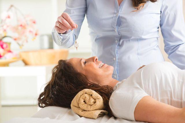 donna stesa durante un esame astrochakra