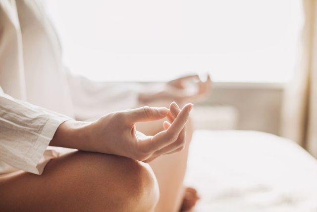 donna durante una posizione yoga
