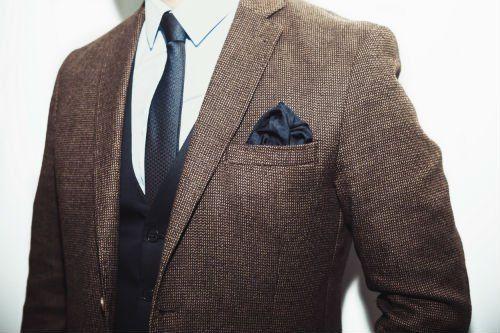 una giacca da completo di color marrone