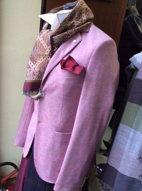 un manichino con una giacca di color lilla