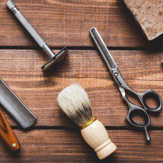 forbici rasoio e pennello per la barba su tavolo in legno