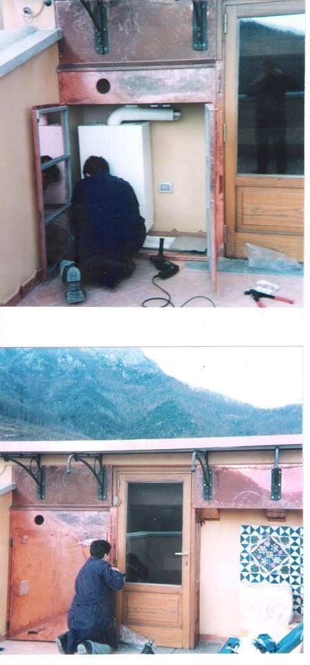 immagini di un uomo che installa una caldaia