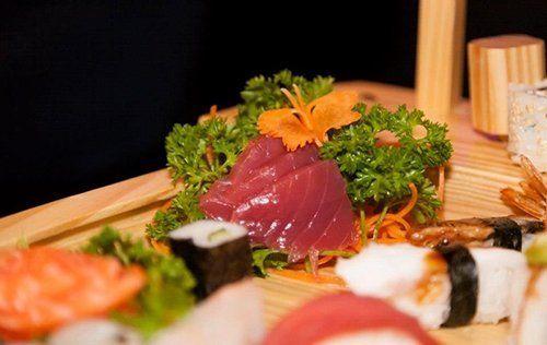 barca con sushi