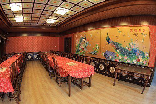 sala del ristorante con lunghi tavoli