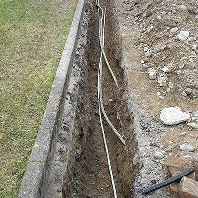 uno scavo con dei cavi a vista